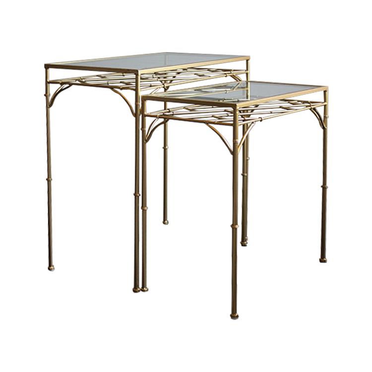 Set de mesas doradas con cristal y rejilla